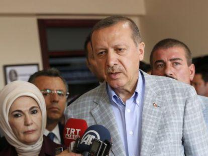 Recep Tayyip Erdogan e sua mulher no colégio eleitoral.