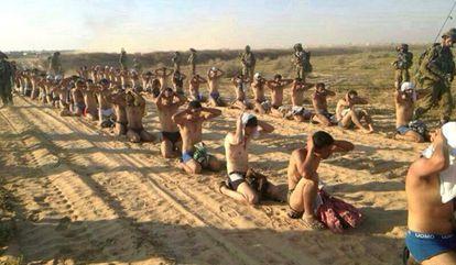 Soldados vigiam prisioneiros palestinos durante a invasão de Gaza.