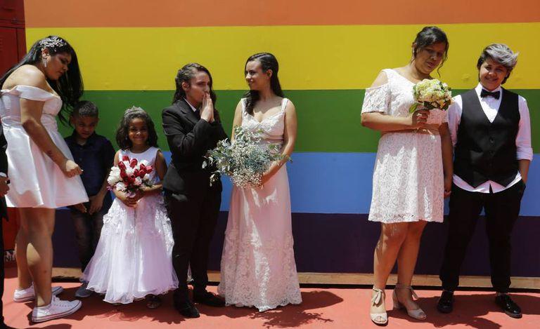 Casais homossexuais durante cerimônia de casamento coletivo em São Paulo, em dezembro.