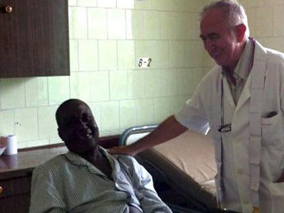 O religioso Miguel Pajares, atendendo um paciente em uma imagem de arquivo.
