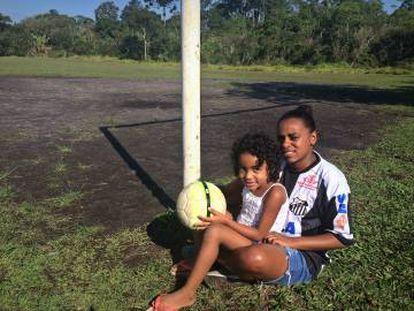 """Ana Paula e a filha Laura: """"mãe solo"""" promete incentivar a filha caso ela queira trilhar o mesmo caminho no futebol."""