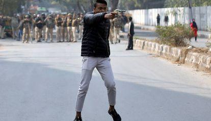 Homem atira contra manifestantes, em 31 de janeiro em Nova Déli.
