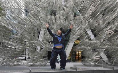 O artista Ai Weiwei com sua escultura, 'Forever'.