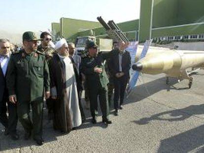 Hassan Rouhani, no centro, visita uma instalação militar em Teerã.