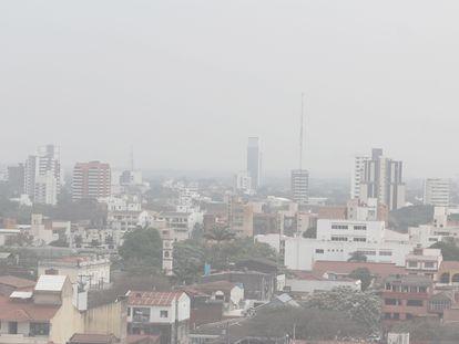 Uma nuvem de fumaça procedente de vários incêndios é vista em Santa Cruz, Bolívia