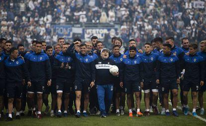 Maradona e o elenco do Gimnasia.