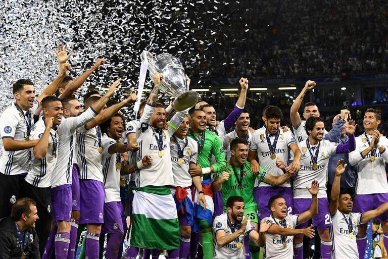 Jogadores levantam o troféu após vitória da Champions League.
