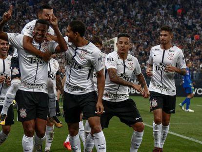 Jô marcou dois gols na virada sobre o Fluminense.