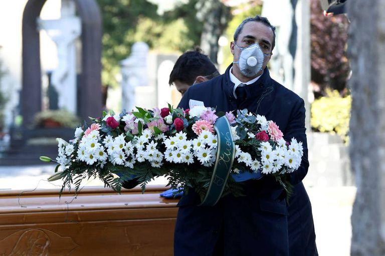 Honras fúnebres de un muerto por coronavirus en Bérgamo, Italia.