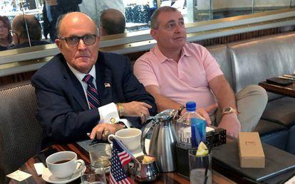 Rudy Giuliani (à esquerda) toma café no hotel de Trump em Washington com Lev Parnas, em setembro.