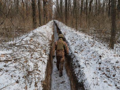 Um militar ucraniano na linha de contato perto da cidade de Avdiivka, na região de Donetsk, em 13 de fevereiro.