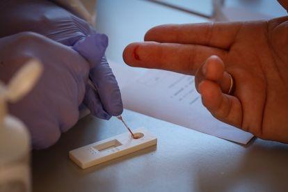 Um paciente realiza teste rápido para o novo coronavírus.