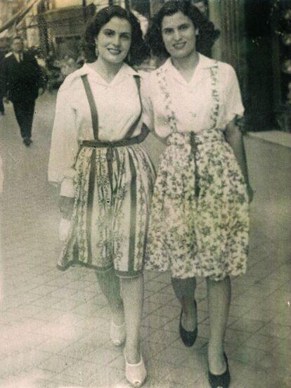 Amália com sua irmã Celeste, também cantora de fado, em foto tirada em Madri em 1943.
