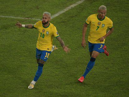 Neymar e Richarlison celebram o segundo gol do Brasil diante do Peru.