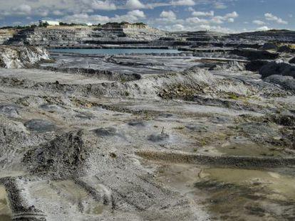 A lavra principal da mina de ouro se estende até perder de vista.