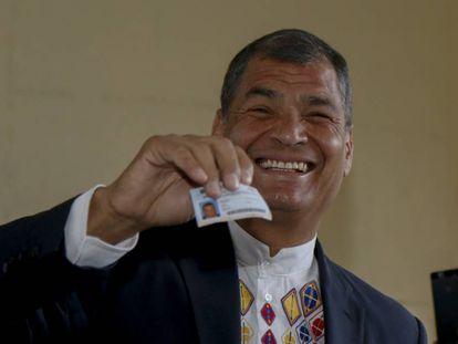 O presidente do Equador, Rafael Correa, vota neste domingo.