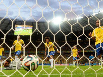 Um dos gols da Alemanha observado pelos jogadores brasileiros.