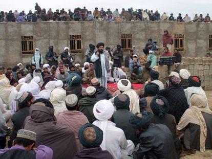 Mohamed Rasul Akhund, líder de uma facção talibã, fala a seus partidários.