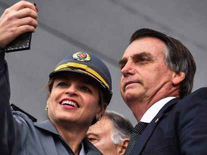 Jair Bolsonaro tira selfie com policial de São Paulo.