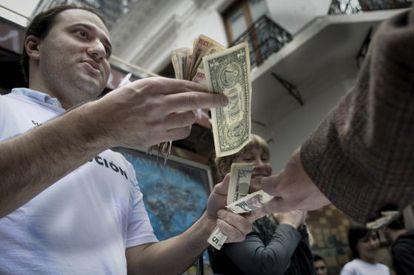Um político opositor do Governo argentino imita a venda de dólares no mercado negro.