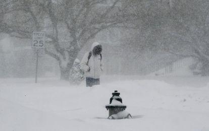 Homem caminha em Washington em meio à nevasca.