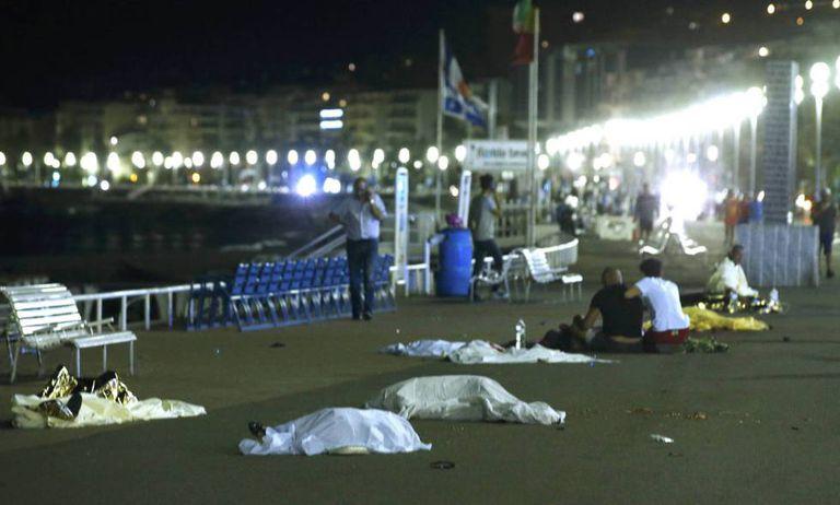 Corpos espalhados pelo chão na avenida do ataque.