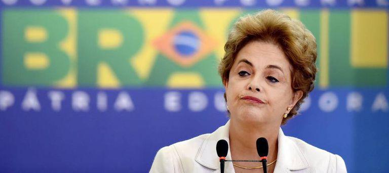 Dilma em discurso no Planalto.