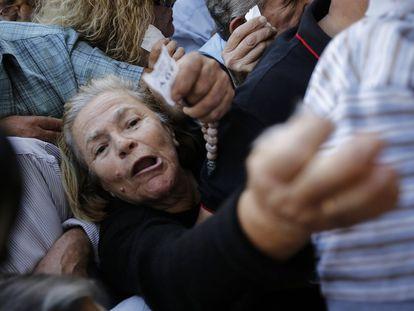 Uma multidão de aposentados, que não têm cartão de crédito ou débito, faz fila no terceiro dia de 'corralito' (retenção dos depósitos bancários) em frente a uma sucursal do Banco Nacional, em Atenas, para poder sacar parte do seu dinheiro depois do anúncio das medidas de controle de capitais imposto pelo Governo.