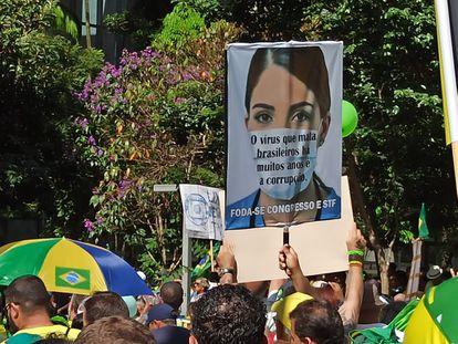 Cartaz ironiza coronavírus, durante ato pró-Bolsonaro na avenida Paulista.
