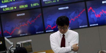 Um operador na Bolsa de Seul (Coreia do Sul).