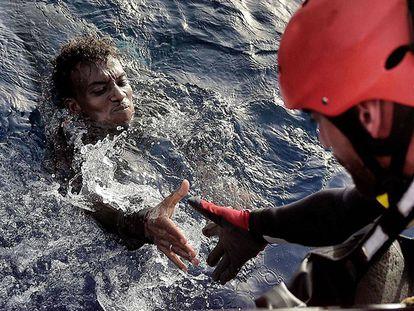 Um imigrante é resgatado no Mediterrâneo.