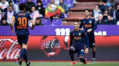 Rodrigo, de joelhos, comemora um gol do Valencia contra o Valladolid.