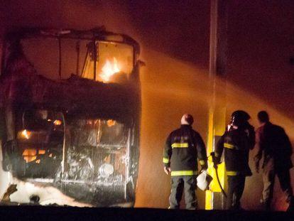 Bombeiros apagam incêndio de ônibus em Natal.