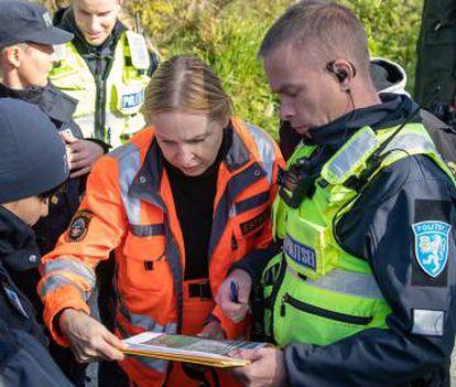 A polícia busca o corpo de Rehe em 24 de setembro de 2019, na periferia de Tallin.