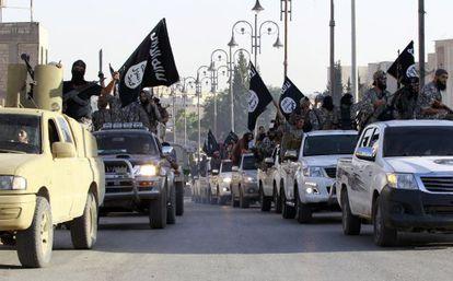Desfile de membros do EI em Raqqa, no começo do verão, para celebrar a proclamação de um califado no Iraque e Síria.
