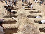 Fosas en Saada para sepultar a los niños fallecidos en un ataque en Yemén.