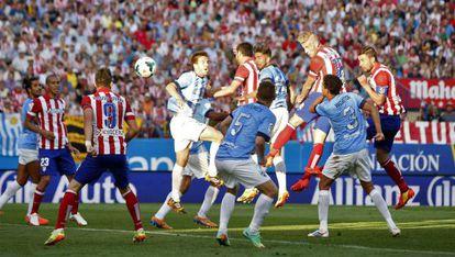 Alderweireld marca de cabeça o gol do empate do Atlético