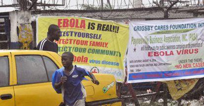 Cartazes de alerta pela epidemia de ebola em Monróvia, na Libéria.