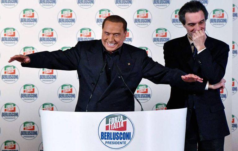O líder do Força Itália, Silvio Berlusconi, ao lado do candidato da centro-direita ao Governo da Lombardia, Attilio Fontana.