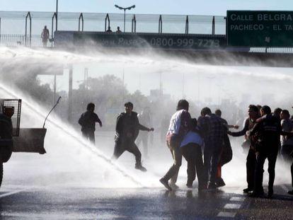 Manifestantes enfrentam a polícia em Buenos Aires.