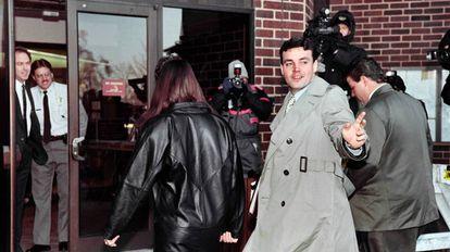 O norte-americano John Wayne Bobbitt chega ao tribunal em 1994