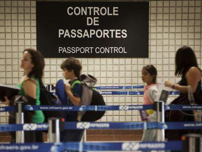 Controle de passaportes em Cumbica.