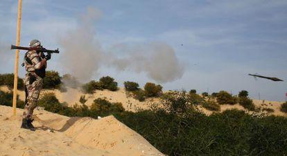 Miliciano palestino dispara um foguete em treinamento na Faixa de Gaza.