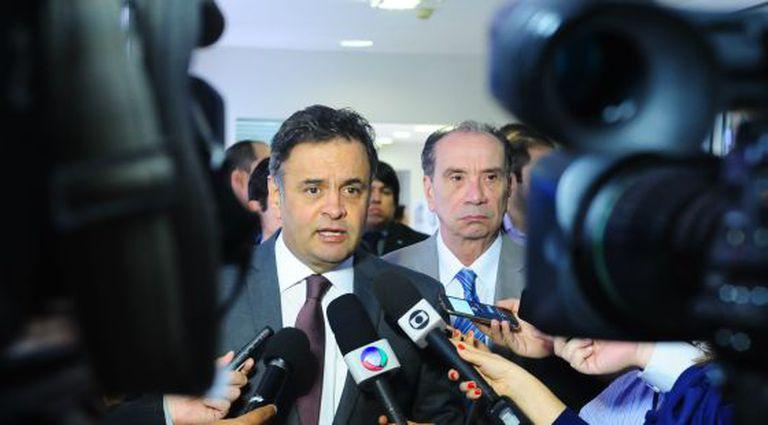 Aécio Neves e Aloysio Nunes em entrevista nesta terça.