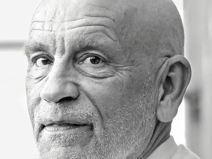 """John Malkovich com seus esplendorosos 66 anos. """"Se você nunca teve aspecto jovem, jamais parecerá velho"""". Em vídeo, o trailer de 'O Novo Papa', em inglês."""