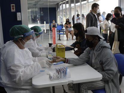 Agentes de saúde realizam testes de covid-19 na favela do Complexo da Maré do Rio de Janeiro, na quinta-feira.