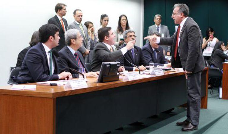 Deputados discutem na primeira reunião da CPI.