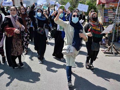 Mulheres afegãs participam de protesto contra a interferência do Paquistão na política afegã no último dia 7, em Cabul.