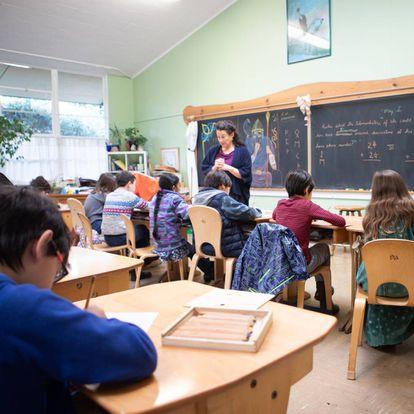 Plantas, móveis de madeira, lápis e uma lousa se destacam na sala de aula no colégio Waldorf of Peninsula do Vale do Silício