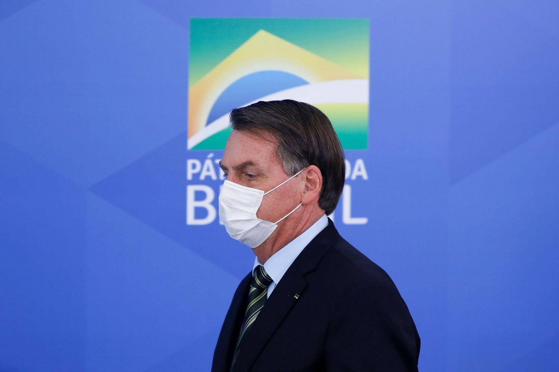 Jair Bolsonaro ao chegar para entrevista coletiva, em Brasília.